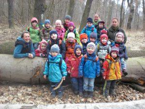 Glückliche Kinder im Wald – auf dem Weg zum Spaziergang,